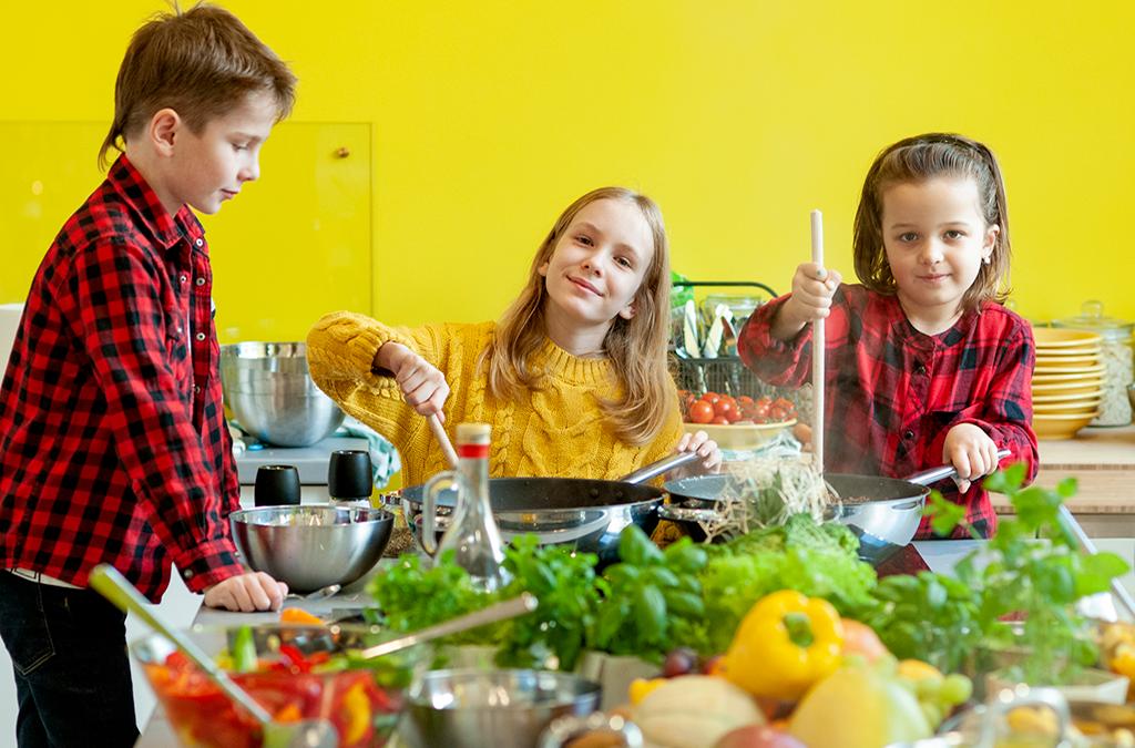 Zdjęcie dzieci przygotowywujące posiłek